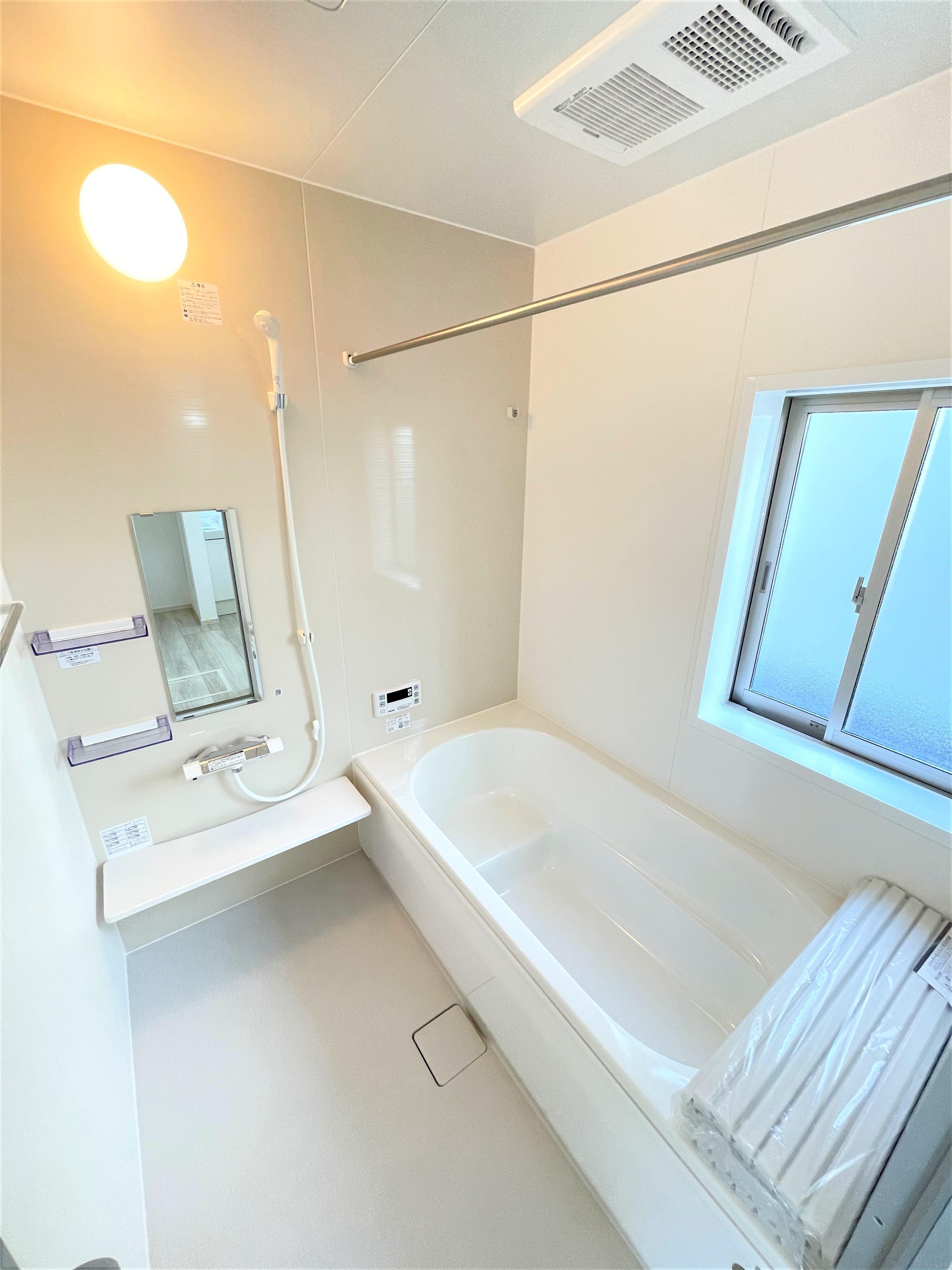 お子様や年配の方にも負担のかからないデザインのエコベンチ浴槽と浴室暖房換気乾燥機付きです。毎日の疲れを洗い流すバスルームは心地よいリラクゼーション空間です。