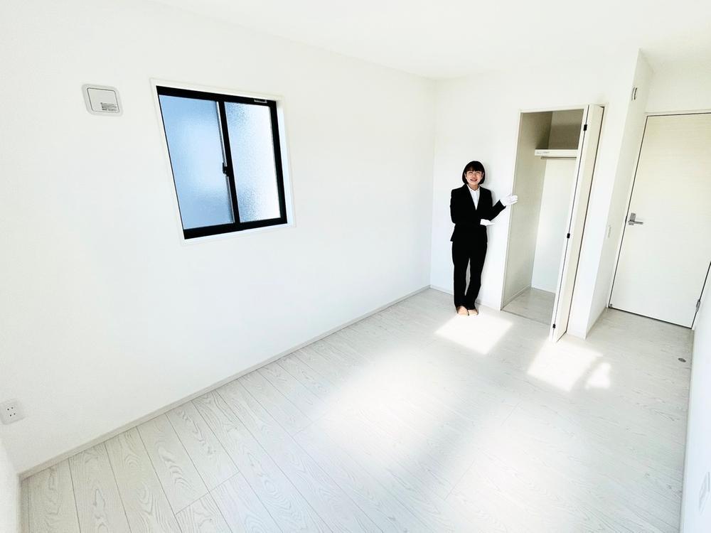 清潔感のあるホワイトで統一された居室は、お子さんの一人部屋に最適な居室です。勉強机やベッドを置いても十分な広さです。