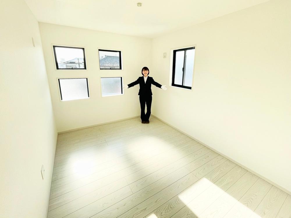 清潔感のあるホワイトで統一された居室は、お子さんの一人部屋に最適です。勉強机やベッドを置いても十分な広さです。