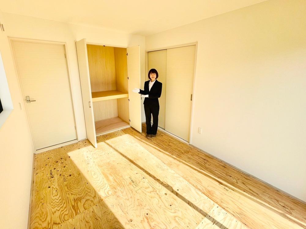吊押入になっていることで、和室を広く見せることができます。足元の空いたスペースには、間接照明を設置してみてはいかがでしょうか。一味違う素敵な和室になりますよ。