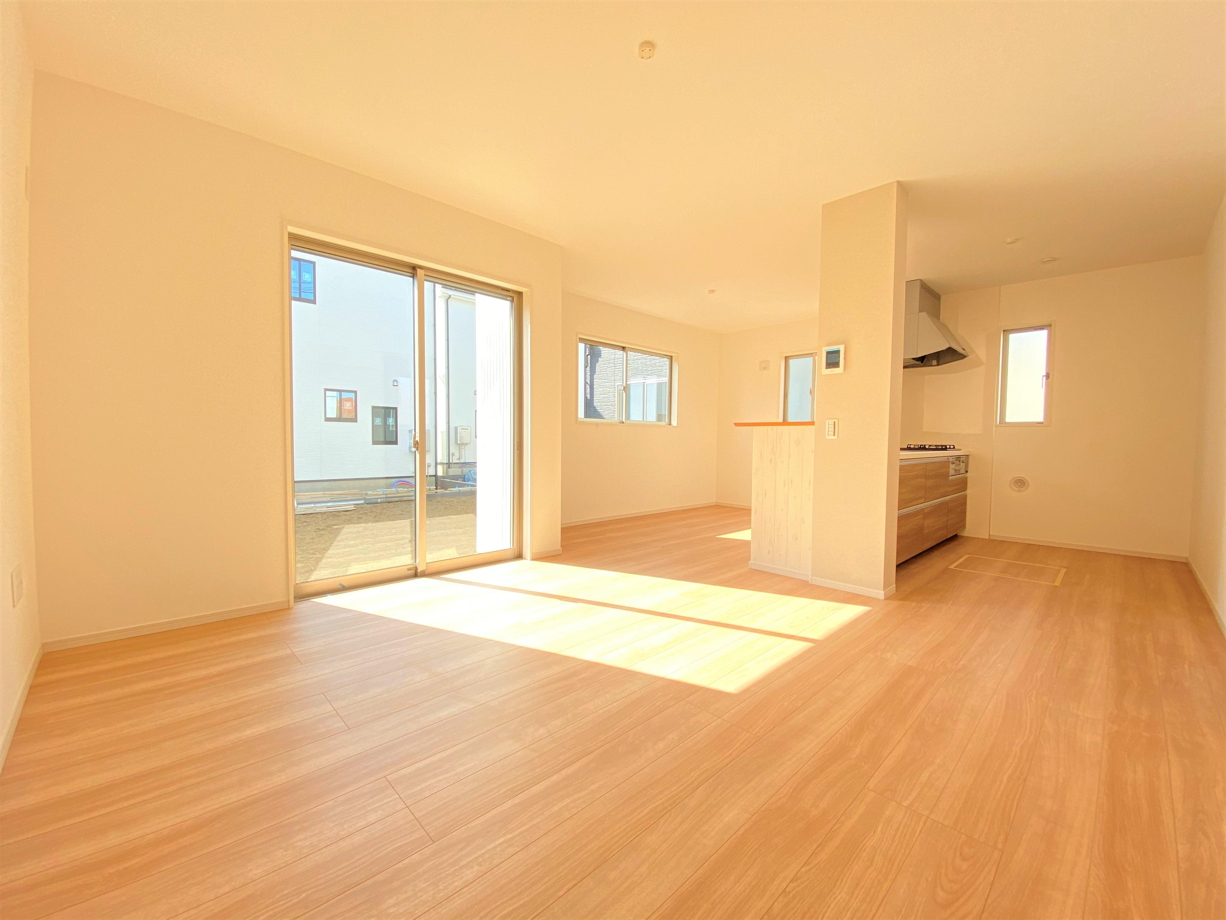 2号棟|窓から明るく陽光が降り注ぎ、自然の光をたくさん取り込んでくれます。家族が毎日集う場所だからこそ、気持ちの良い空間で過ごしたいですね。