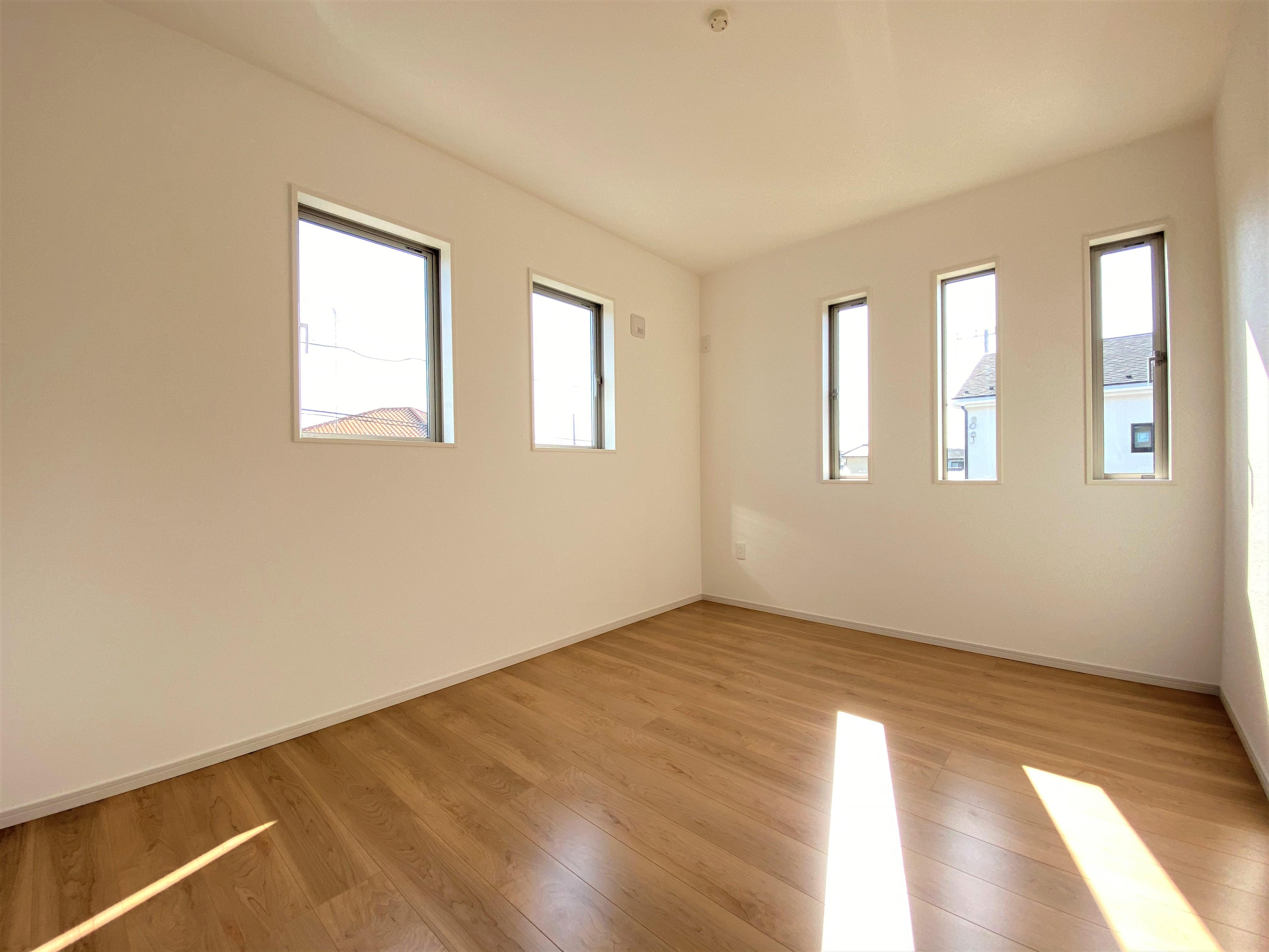 2号棟|お子様の一人部屋に最適な居室です。ウォークインクローゼットも付いているので、お洋服をたくさん収納できます。