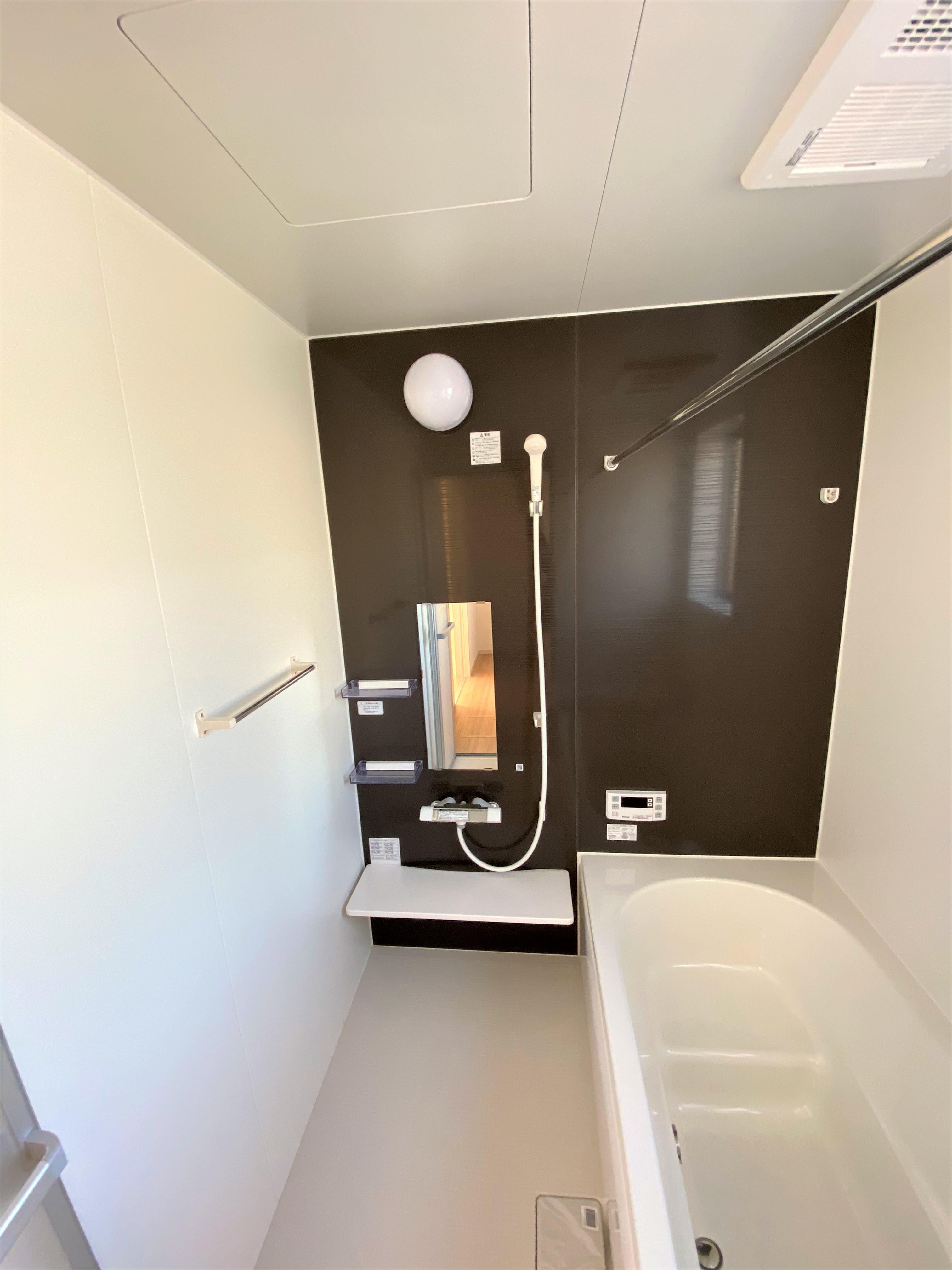 2号棟|お子様や年配の方にも負担のかからないデザインのエコベンチ浴槽と浴室暖房換気乾燥機付きです。毎日の疲れを洗い流すバスルームは心地よいリラクゼーション空間です。