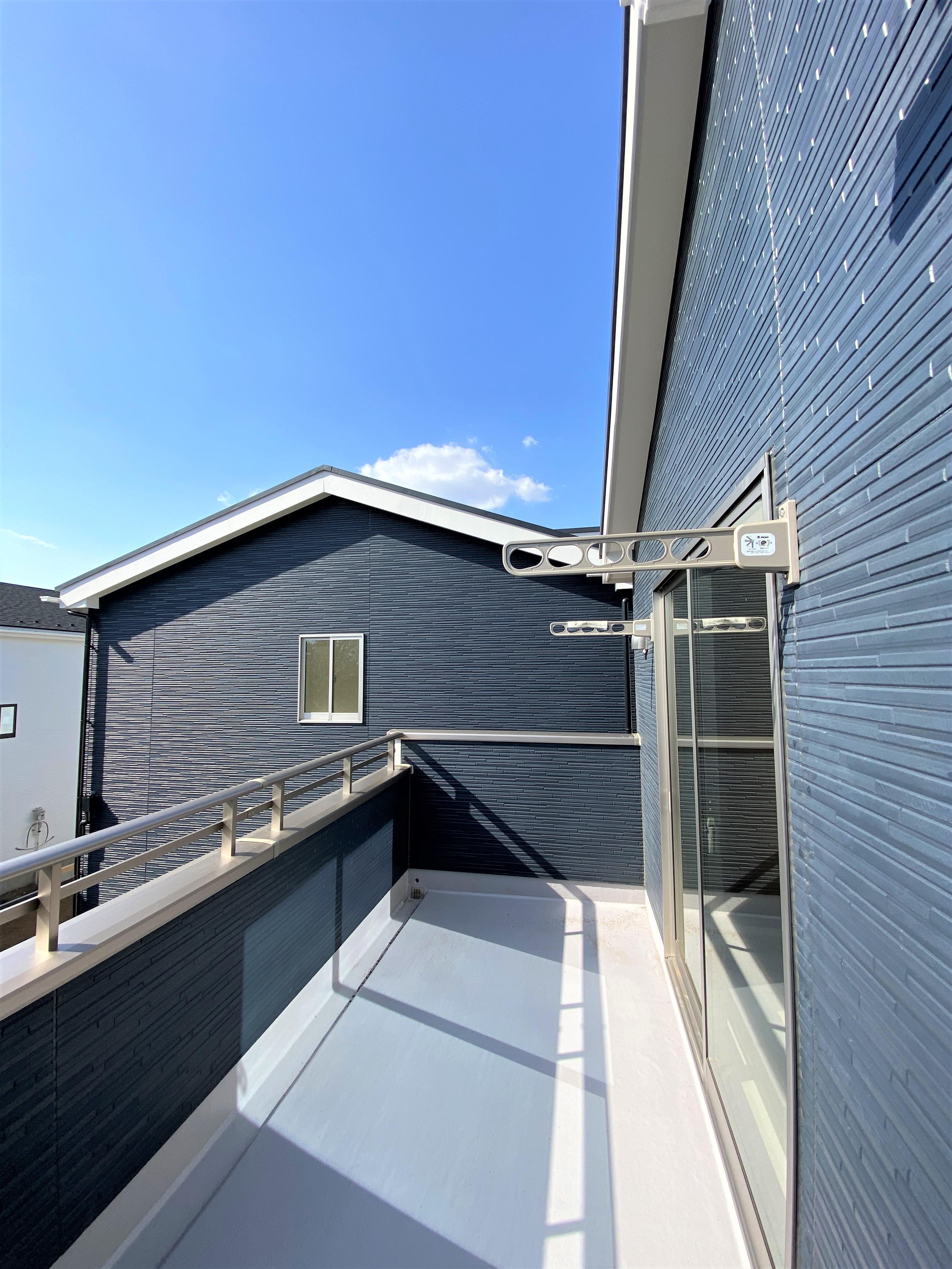 2号棟|2Fの部屋から出られるバルコニーは、心地よい陽光を浴びられて爽やかな朝が迎えられます。