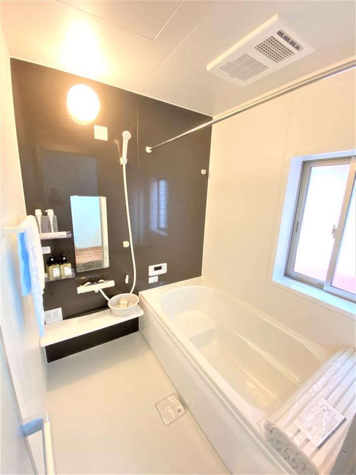 リビング以外の居室【2号棟 和室(6帖)】  ●吊押入になっていることで、和室を広く見せることができます。足元の空いたスペースには、間接照明を設置してみてはいかがでしょうか。一味違う素敵な和室になりますよ。