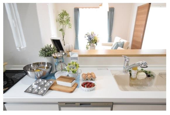 【キッチンワークトップ】 調理がはかどるワイドカウンタータイプ!天板は傷がつきにくく美しい人造大理石仕上です!  ※写真は施工例です。設備内容については物件により異なります。
