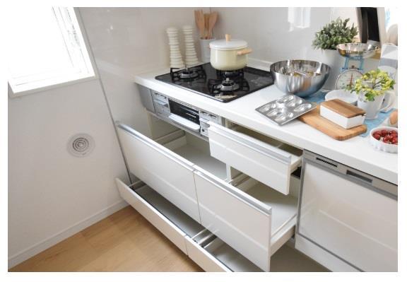 【スライド収納】 レンジ下やキッチンカウンターの下部には、調理器具や調味料などがすっぽり収まり、出し入れも簡単なスライド収納!  ※写真は施工例です。設備内容については物件により異なります。