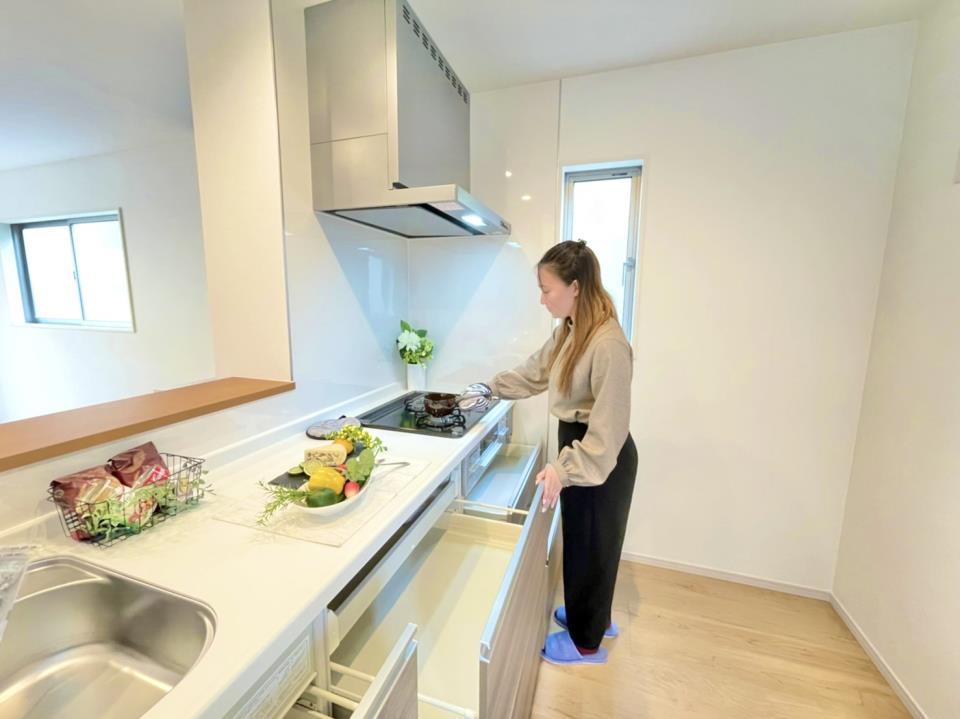 対面式のキッチンはお子様の勉強や遊んでいる様子を見ながらお料理することができます。