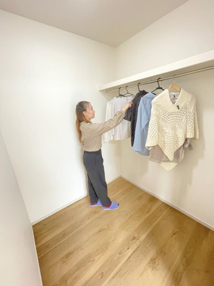 自慢の大容量ウォークインクローゼット♪お洋服だけではなく季節に合わせて家電もしまっておけます♪