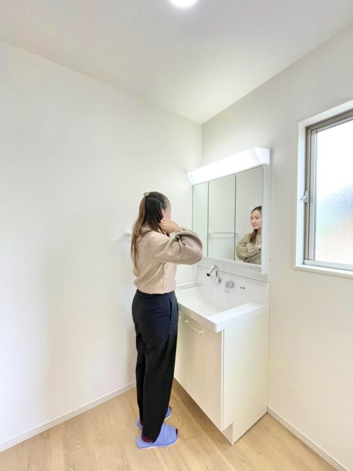 ゆとりのある洗面脱衣室ではお子様と並んで歯磨きもできるので一緒に成長を楽しめます♪広い空間なのですれ違うのもぶつかる心配がなく、ストレスフリー♪