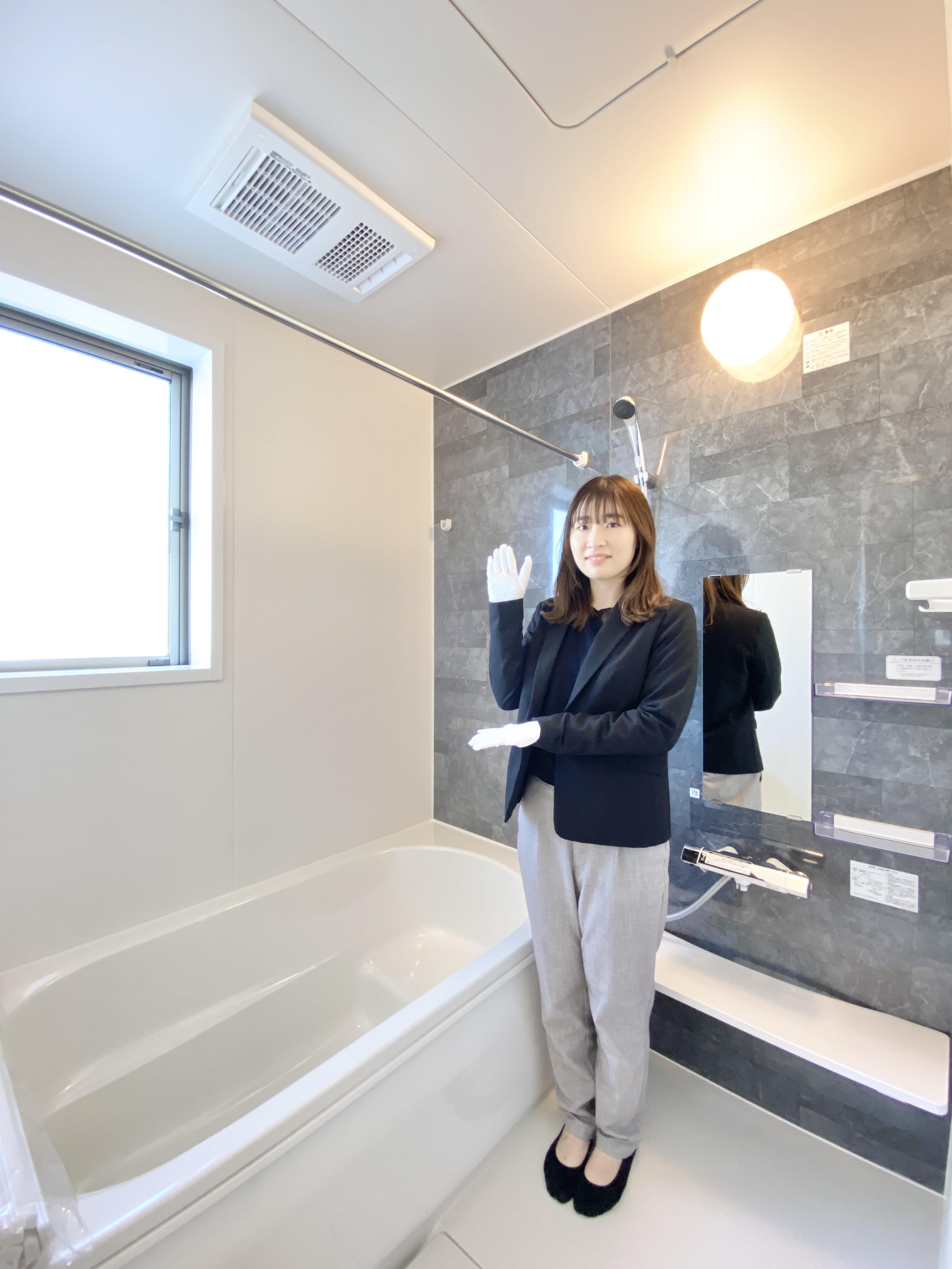 冬場もあったか、浴室乾燥暖房機付きです。雨の日でも洗濯物を乾かすことができ便利です。*