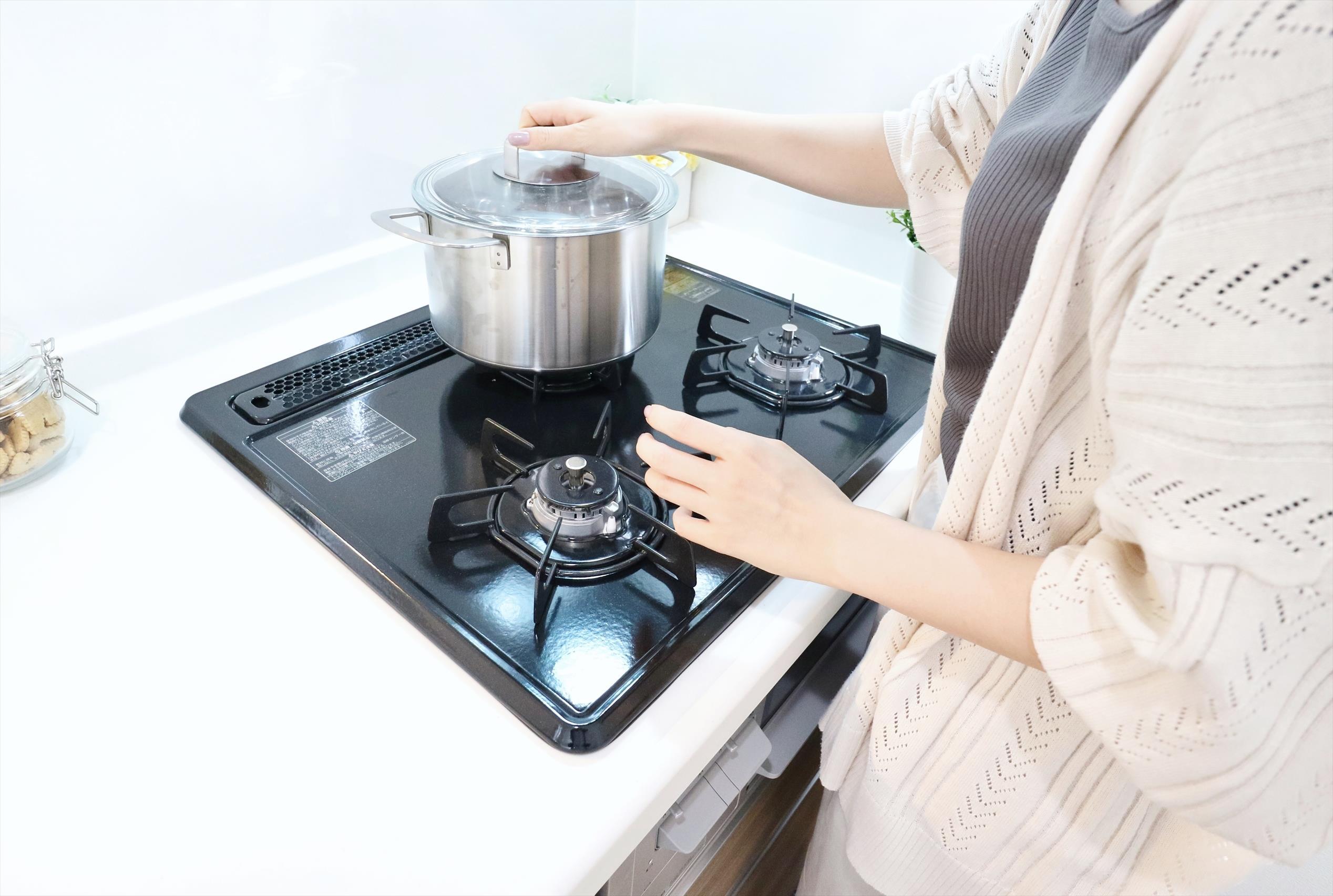 その他設備(ガラストップコンロ)キズがつきにくく、お手入れが簡単なガラストップコンロ。調理のはかどるグリル付きです。  ※写真は当社施工例です。設備内容については物件により異なります。