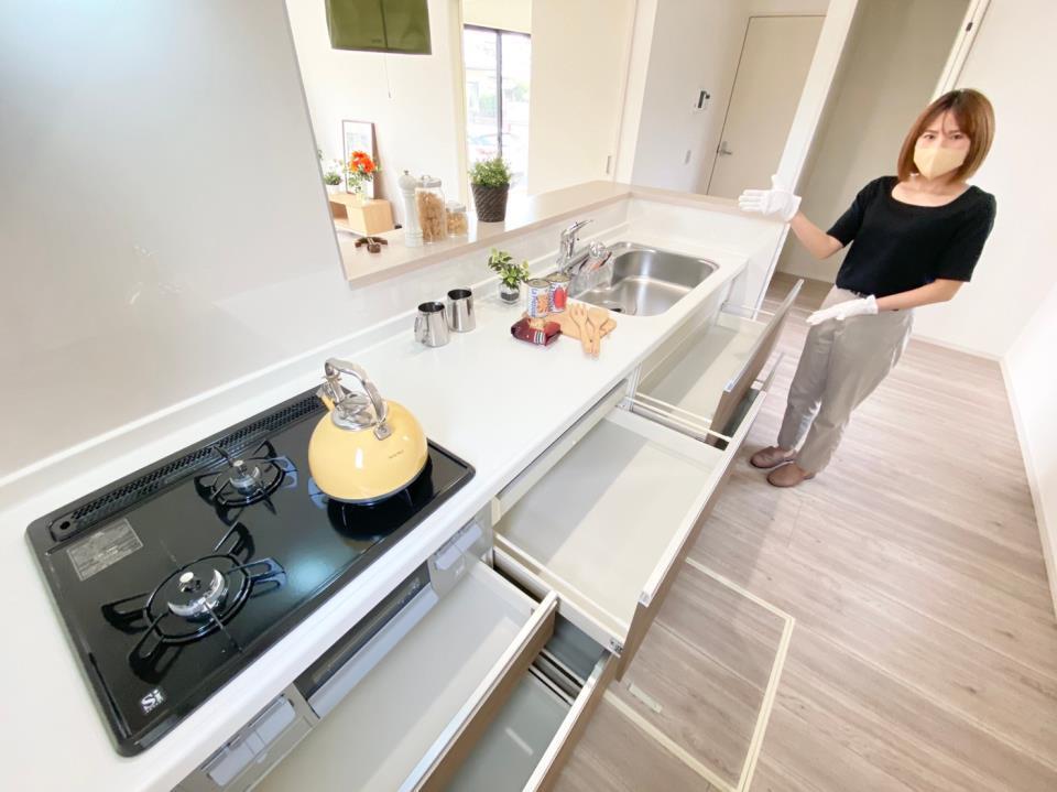 キッチン*キッチン|ワークトップ幅が広く、お子さまやご夫婦で並んでお料理が楽しめます♪(2021年2月撮影)