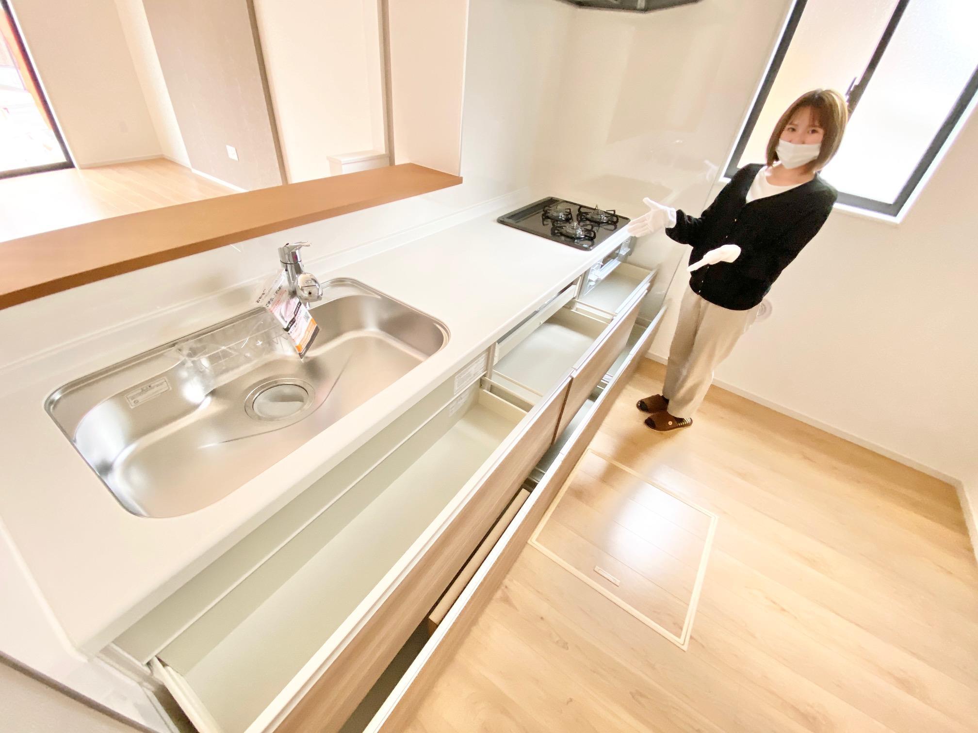 同仕様写真(キッチン)*キッチンイメージ|ひろびろワークトップで家族並んで料理を楽しむことができます(*^^*)