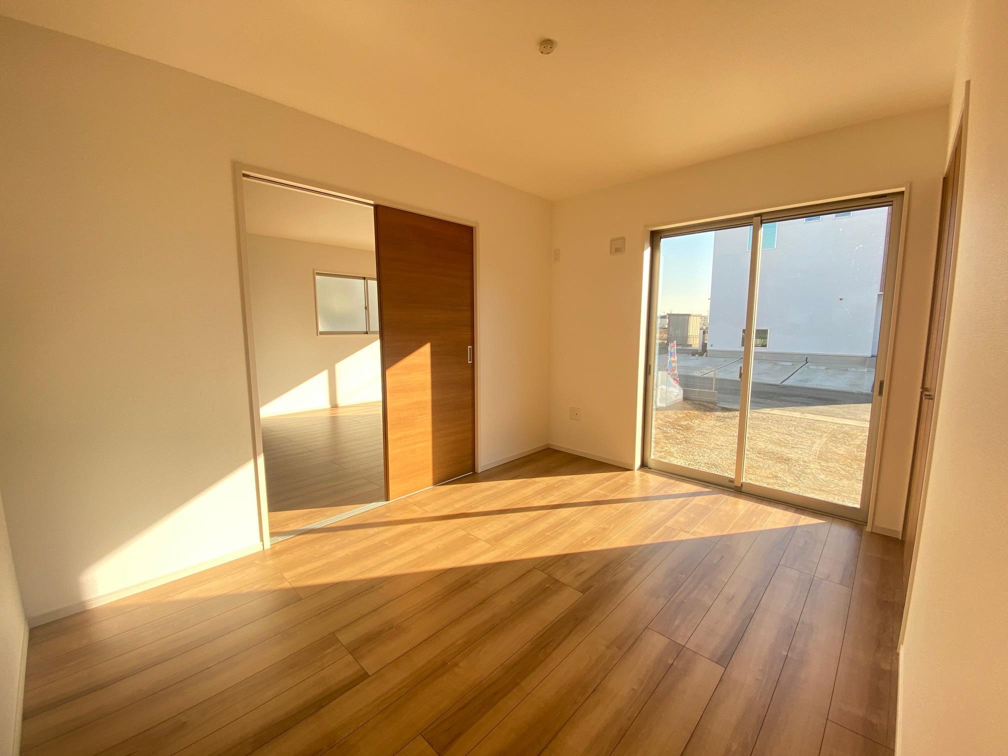 リビング以外の居室*1階洋室|リビングと続き間の洋室です。2WAY入口なのでリビングを通らず出入りが可能です♪(2021年2月撮影)