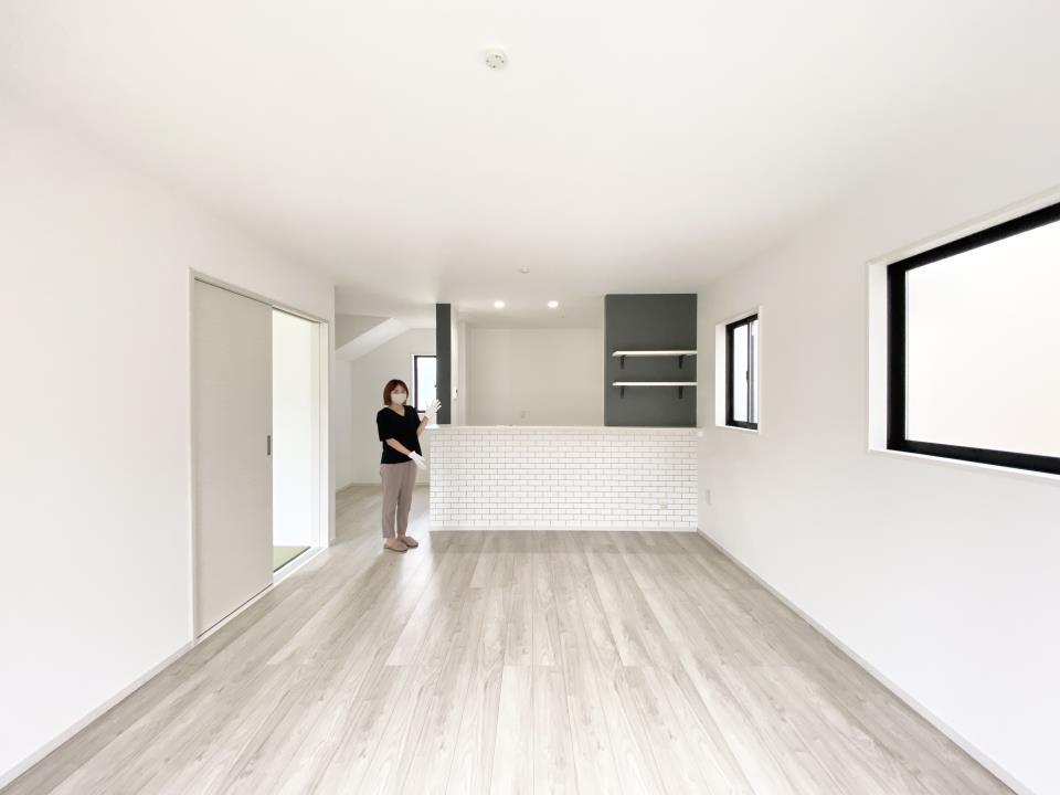 *リビング|ホワイトの床材はどんなスタイルにも合わせやすいデザインです♪(2021年6月撮影)
