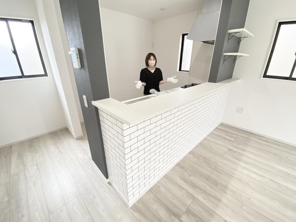 *キッチン|1階全体が見渡せるので、小さなお子さまがいるご家族は嬉しい間取りですね(^^)♪(2021年6月撮影)