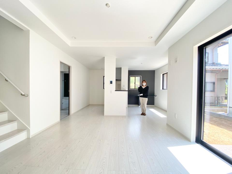 *リビング|ホワイトの床材はどんなスタイルにも合わせやすいデザインです♪(2021年4月撮影)