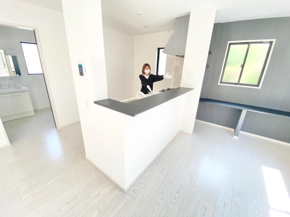 *キッチン|1階全体が見渡せるので、/小さなお子さまがいるご家族は嬉しい間取りですね(^^)♪(2021年4月撮影)
