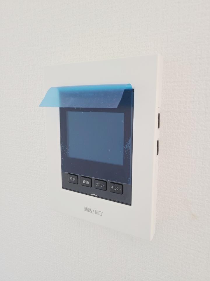 【TVモニター付インターホン】 留守中の来訪者画像をモニター親機に自動で録画・保存できる録画機能を内蔵。モニター画面で確認できます。誰でも簡単に操作していだけます。※写真は当社施工例です。設備内容については物件により異なります。