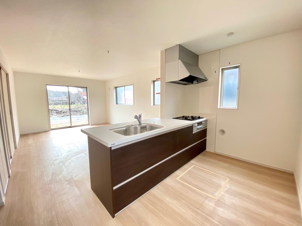 キッチン/開放的で大空間のキッチン。その横には大きなフリースペースがあるので、【パントリー】や【作業スペース】等々、多目的に使用できます!
