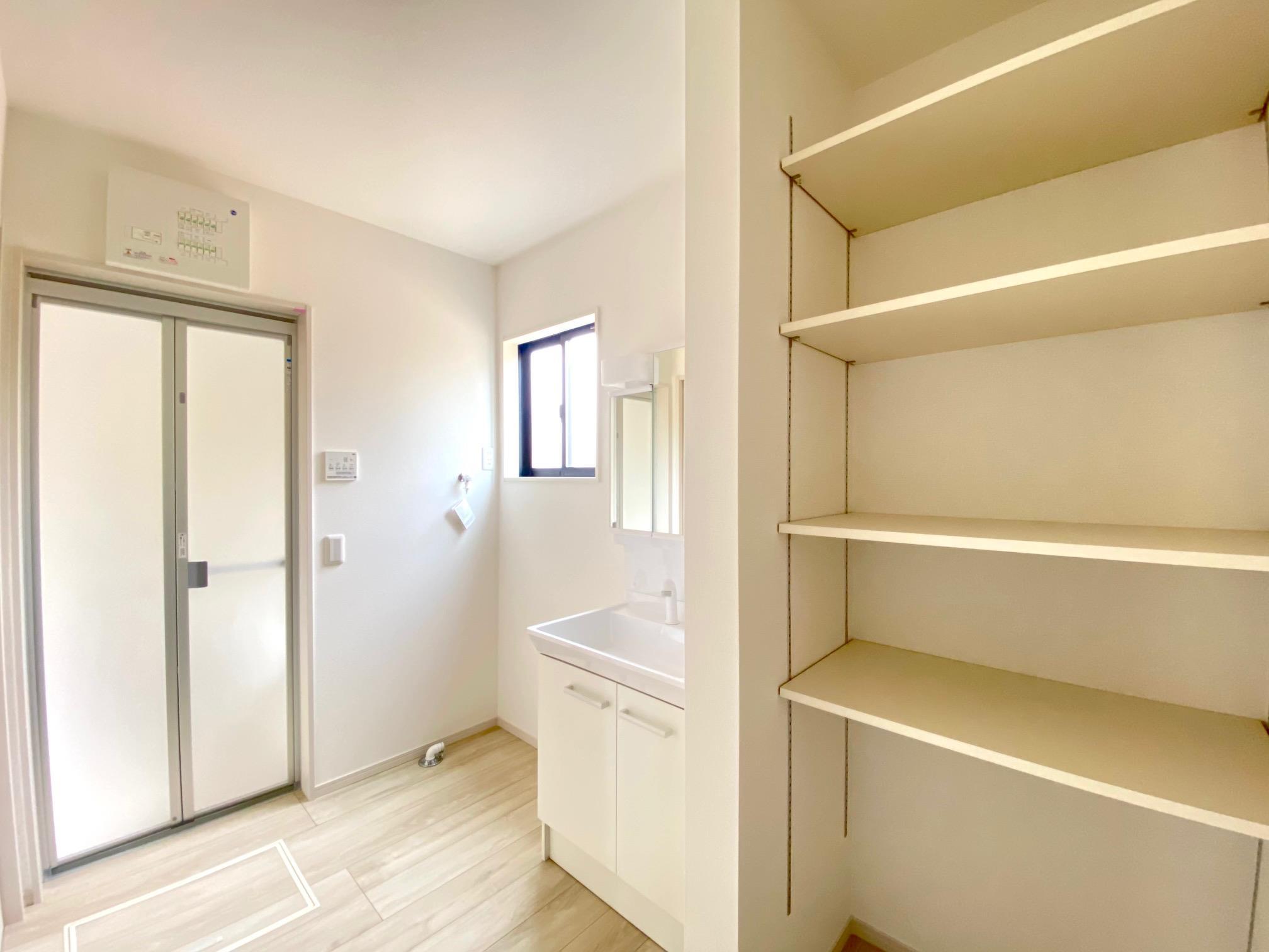 洗面台・洗面所*洗面スペース 可動棚付きなのでタオルやお子さまのお着替え、洗剤などをスッキリ収納できます♪
