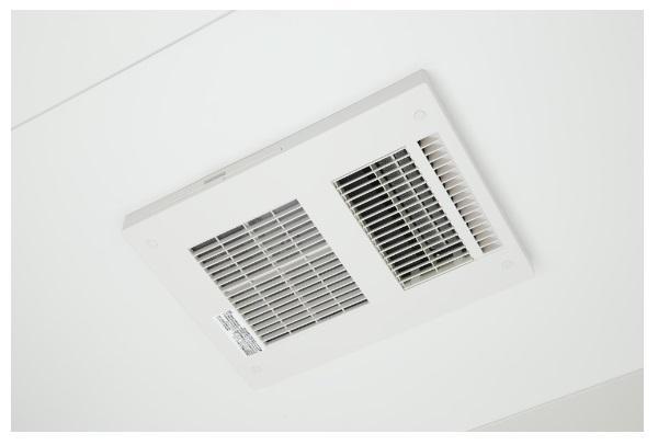 同仕様写真(その他内観)*浴室乾燥暖房機/入浴後の水滴や湿気を排出し、カビの発生や臭いを抑制する換気乾燥暖房機。雨の日の洗濯物にも効果的です。/※写真は当社施工例です。設備内容については物件により異なります。