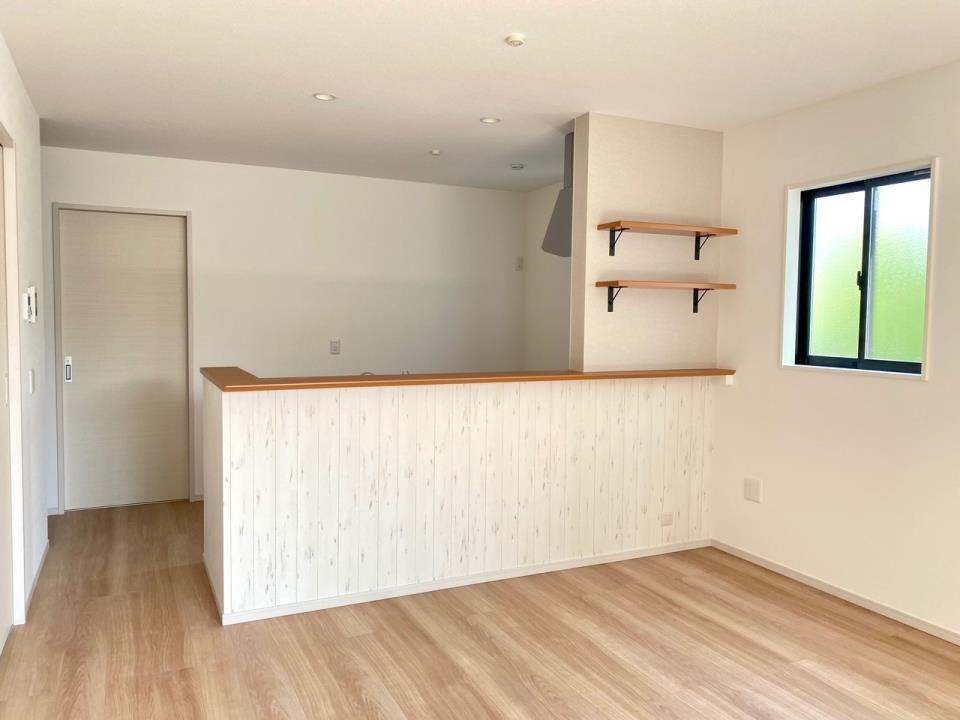 同仕様写真(キッチン)*2号棟 キッチンイメージ|ワークトップは人工大理石を採用しているので、日々のお手入れもラクラクです♪