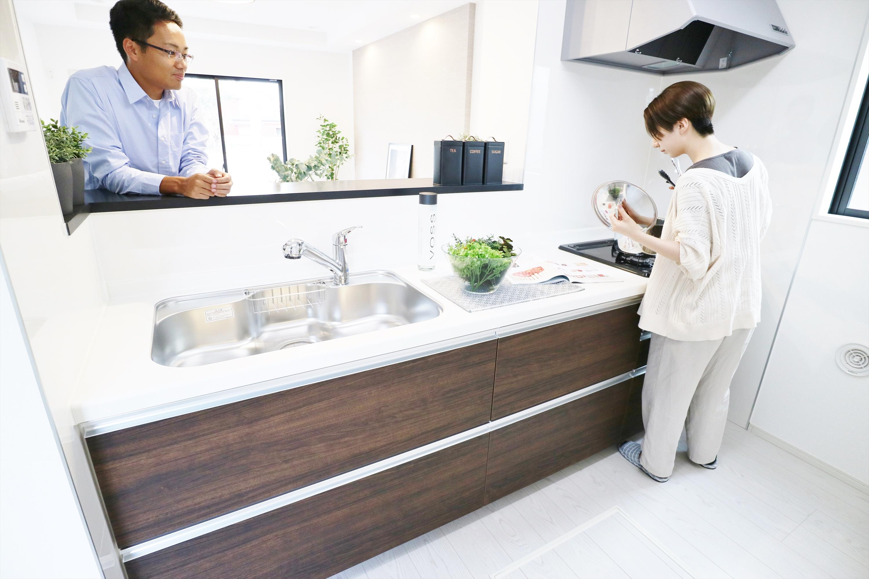 同仕様写真(キッチン)*キッチンイメージ|お料理をしながら会話も弾むカウンターキッチン。出来上がったお料理をカウンター越しから運んでもらったりと、楽しくお手伝いもしてもらえます♪(同形状・同仕様)