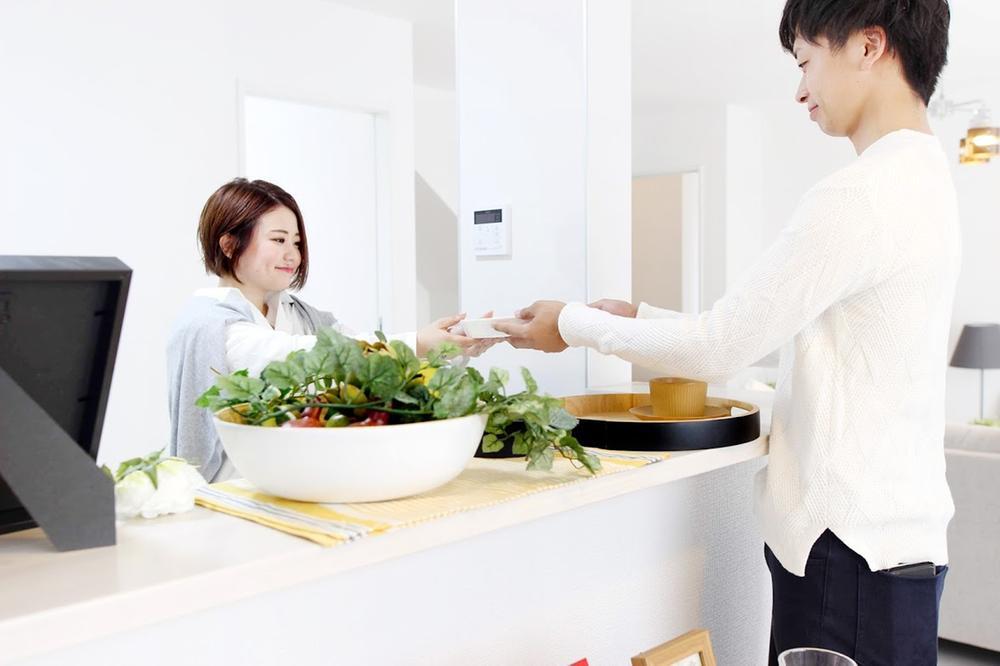 その他設備(【カフェカウンター】)ダイニングへの配膳や調理の時便利なカウンター。ちょっとしたティータイムにもお使いいただけます。  ※写真は当社施工例です。設備内容については物件により異なります。