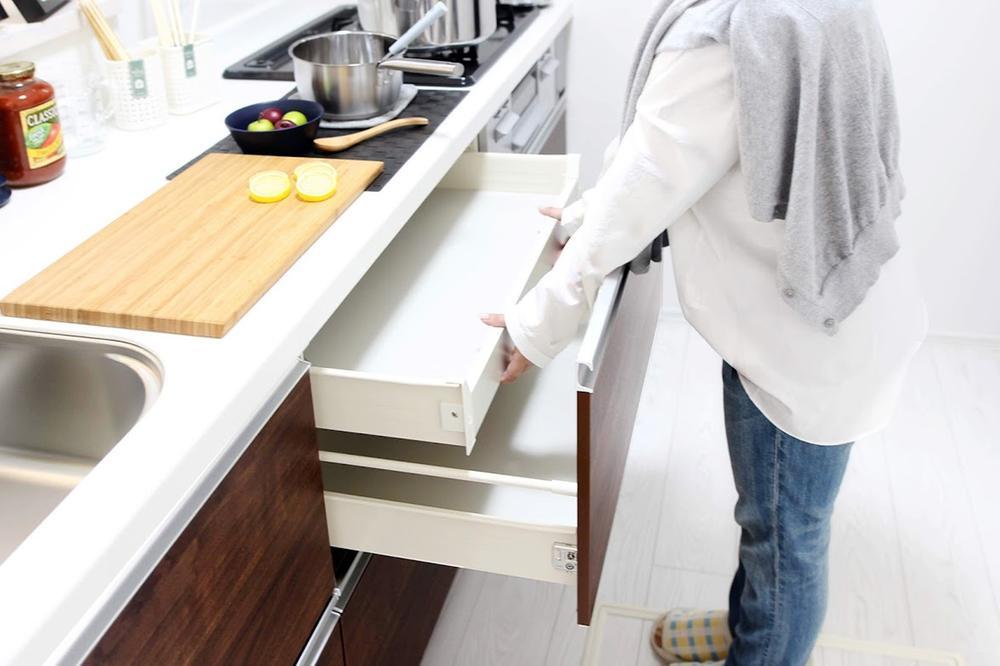 その他設備(【スライド収納】)レンジ下やキッチンカウンターの下部には、調理器具や調味料などがすっぽり収まり、出し入れも簡単なスライド収納。  ※写真は当社施工例です。設備内容については物件により異なります。