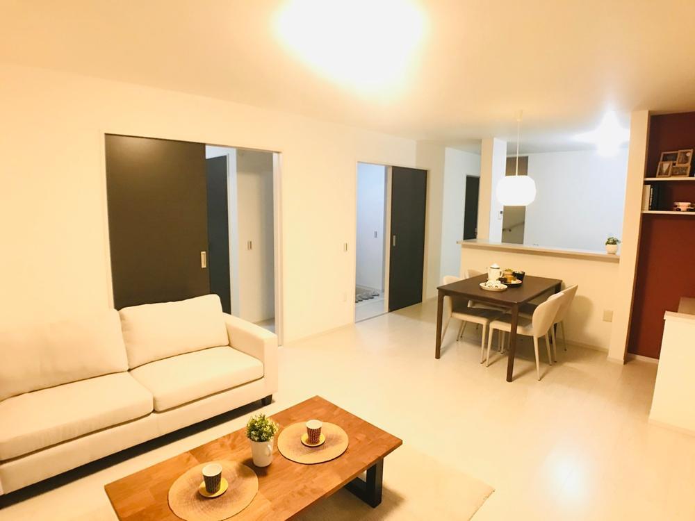 リビングと続き間の和室。扉を閉めれば「独立和室」としても使える便利な空間です。