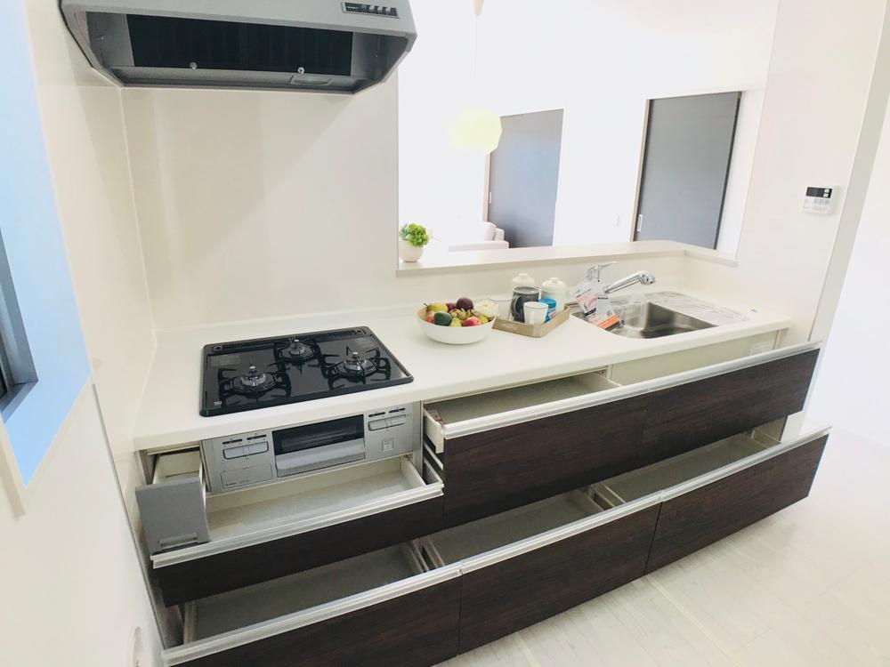 ご夫婦で・お子様と並んでお料理をしても余裕のある、広々とした対面キッチン。大容量スライド収納や、ビルドイン浄水器水栓、分解洗浄できるグリルなど便利なシステムキッチンです。