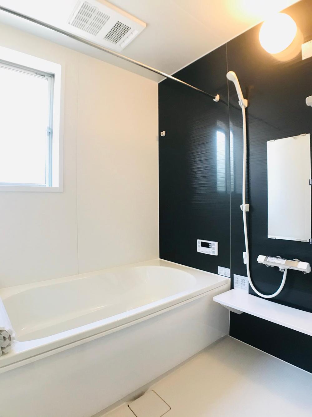 入浴後の水滴や湿気を排出し、カビの発生や臭いを抑制する換気乾燥暖房機。雨の日や夜間の洗濯物にも効果的です。寒くなる季節、暖房をいれてヒートショック予防にも役立ちます。