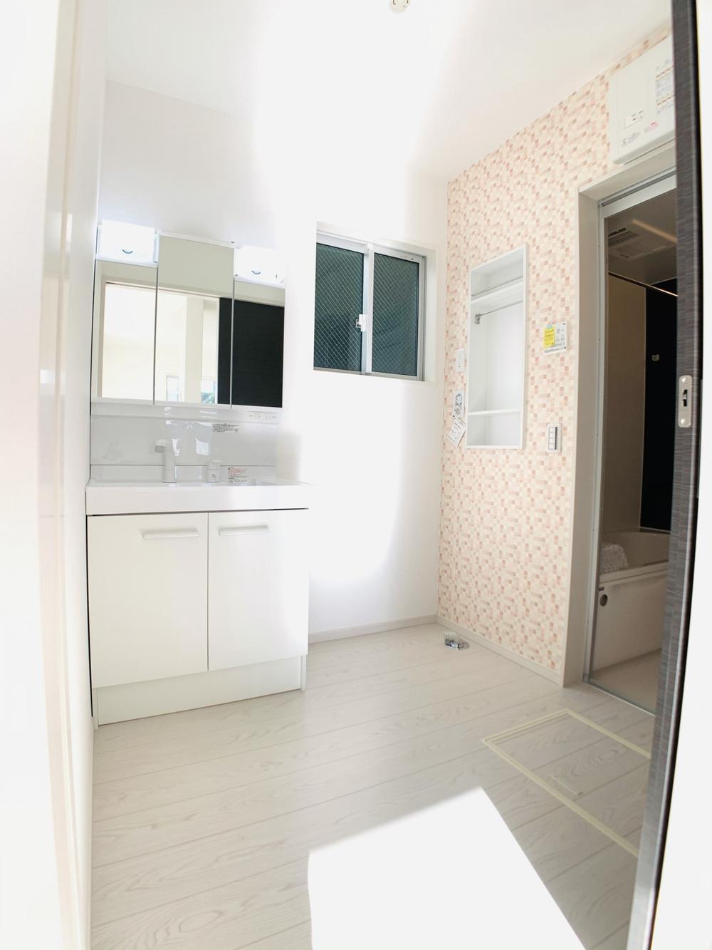 洗面台・洗面所1号棟|3面鏡が収納として使えるシャワー付き洗面化粧台。スプレーやコンタクトの洗浄液など、背の高い物もスッキリ収納できます!