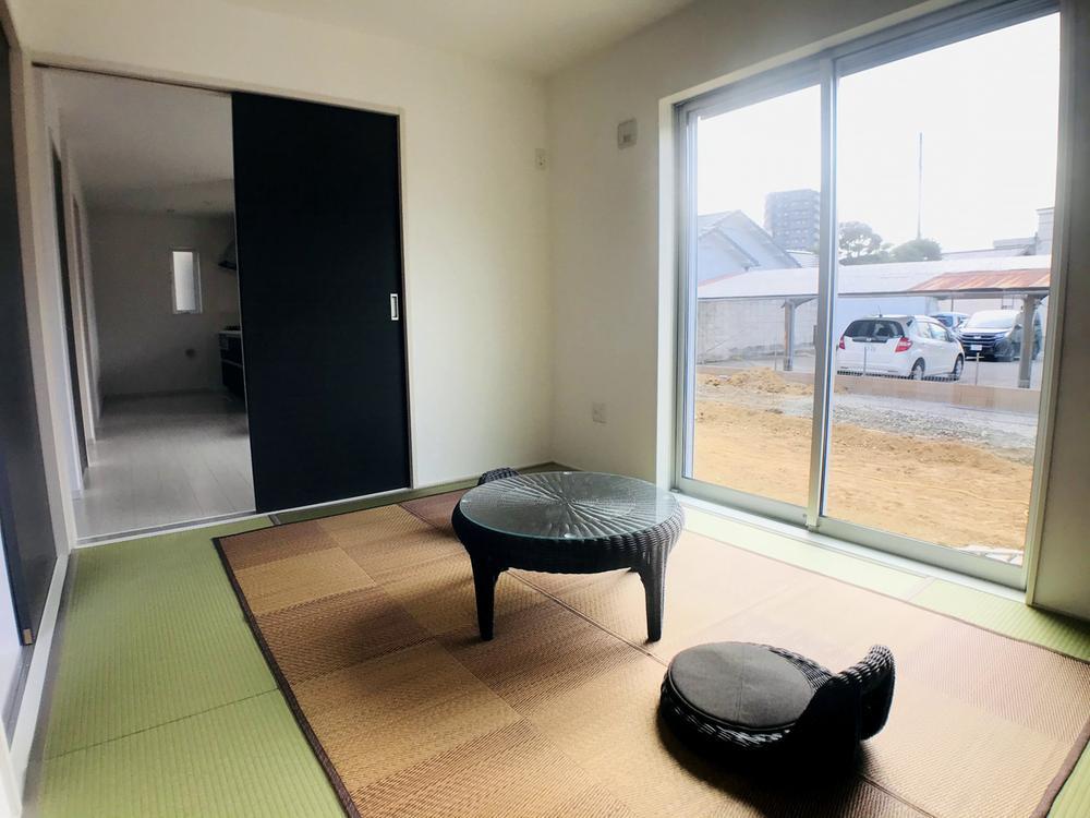 1号棟|お子様の遊び場・お昼寝場所・お洗濯をたたんだり、一休みする空間として何かと嬉しい一部屋です♪客間にしやすい「独立和室」としてもご利用OK!