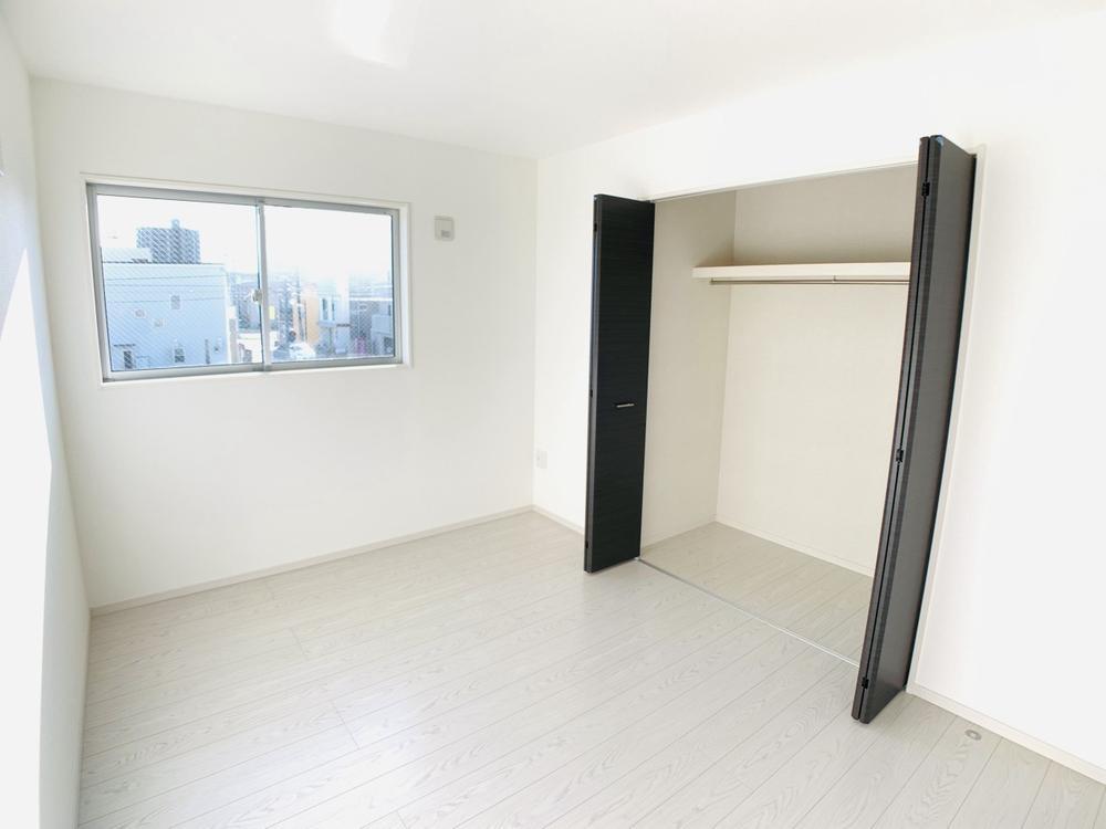 1号棟|お子様のお部屋としてピッタリの収納スペースを確保した、6帖の洋室。白い壁で間接的に部屋を明るくする工夫をしています。