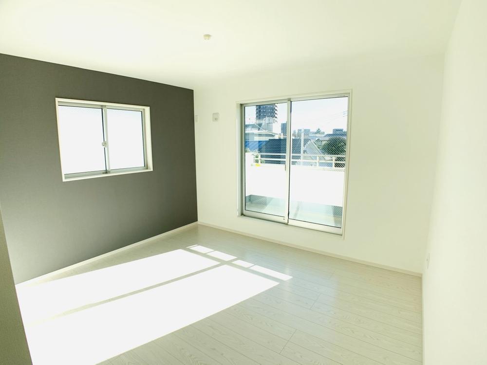 1号棟|8.1帖の主寝室。シックなアクセントクロスが映えるリラックス空間です。