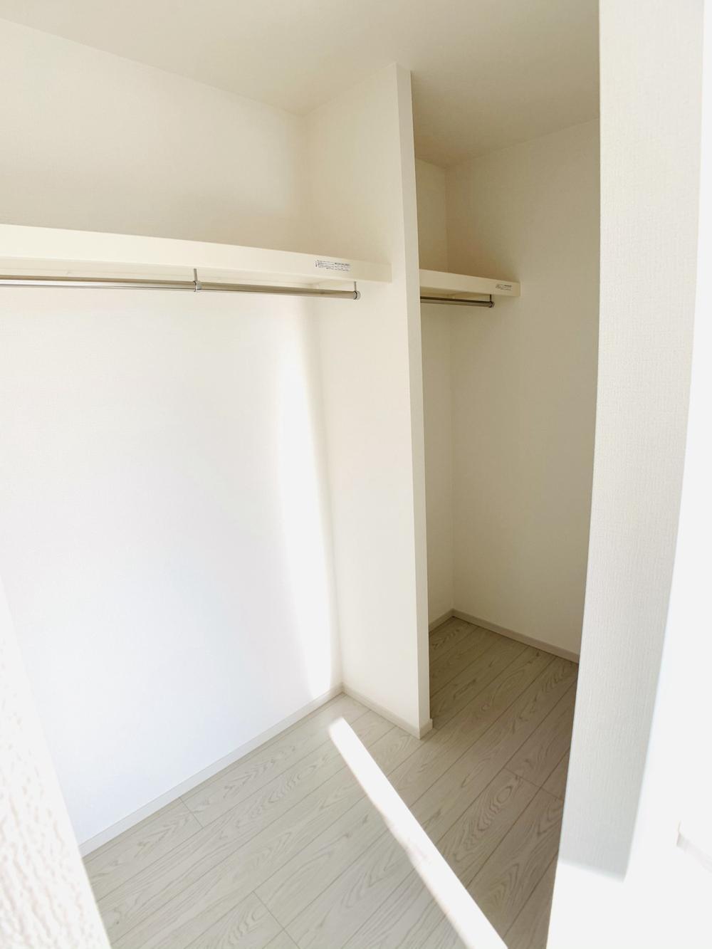 1号棟|6帖洋室のウォークインクローゼット。お子様の成長に合わせて、荷物が増えても安心の収納力です。