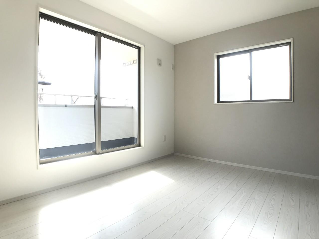 1号棟|シックなアクセントクロスがリラックス空間を彩る主寝室。広々としたバルコニーへアクセス出来ます。