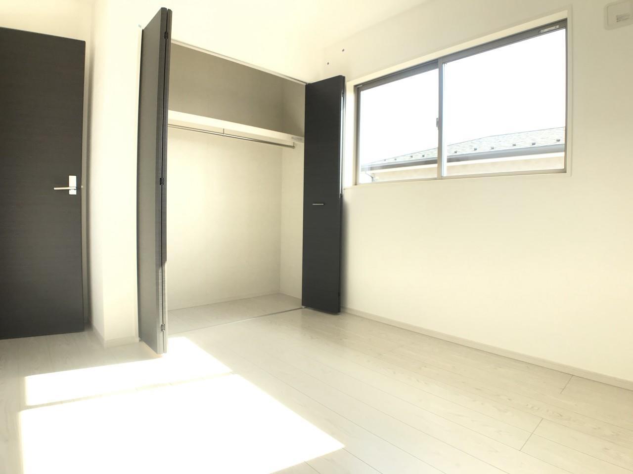 1号棟|5.2帖の洋室。窓が複数あり、風通しの良い清潔感のあるお部屋です。白い壁で間接的に部屋を明るくする工夫をしています。