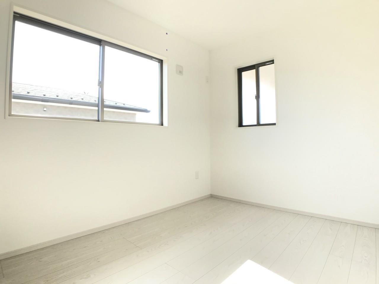 1号棟|お子様のお部屋としてもピッタリの収納がある4.5帖の洋室。