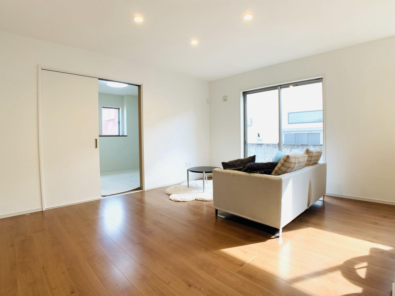 リビングと続き間の和室は、広々6帖の空間♪室内物干しループを備え付けた、暮らしに嬉しい1部屋です。