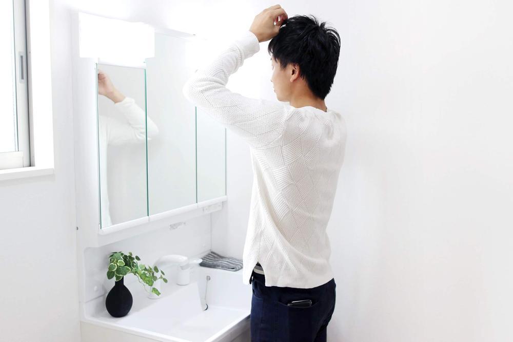 同仕様写真(その他内観)室内(※売主同仕様写真)  3面の鏡が収納スペースとして使えるシャワー付き洗面化粧台。ヘアスプレーやコンタクトの洗浄液など、背の高い物もスッキリ収納できます!