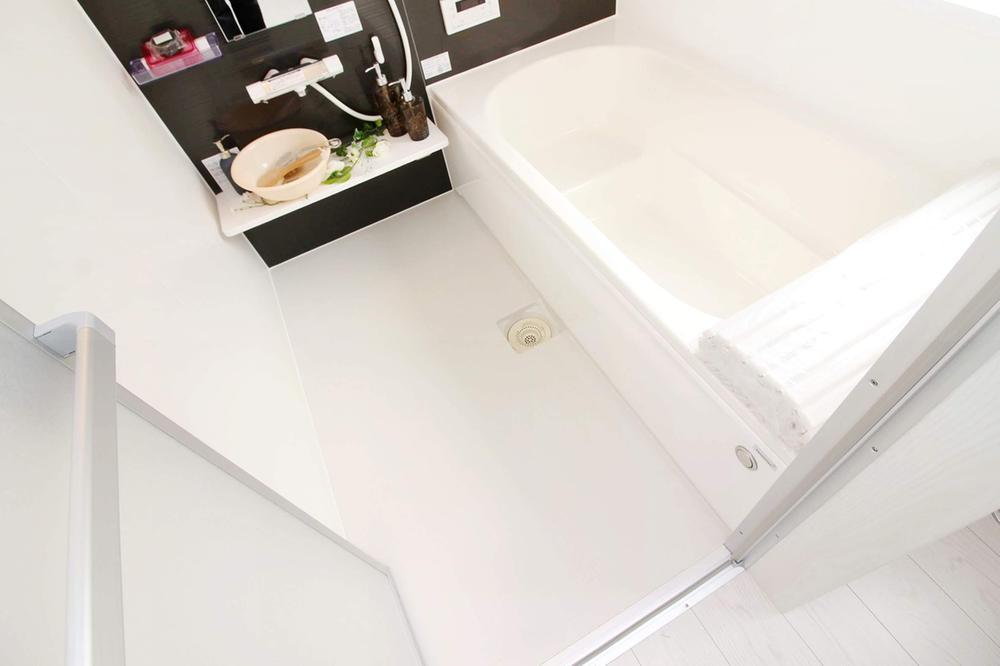 同仕様写真(浴室)室内(※売主同仕様写真)  ベンチ付の浴槽は、小さなお子様との入浴も安心です。節水効果もあり、ゆったりとしたバスタイムを演出。