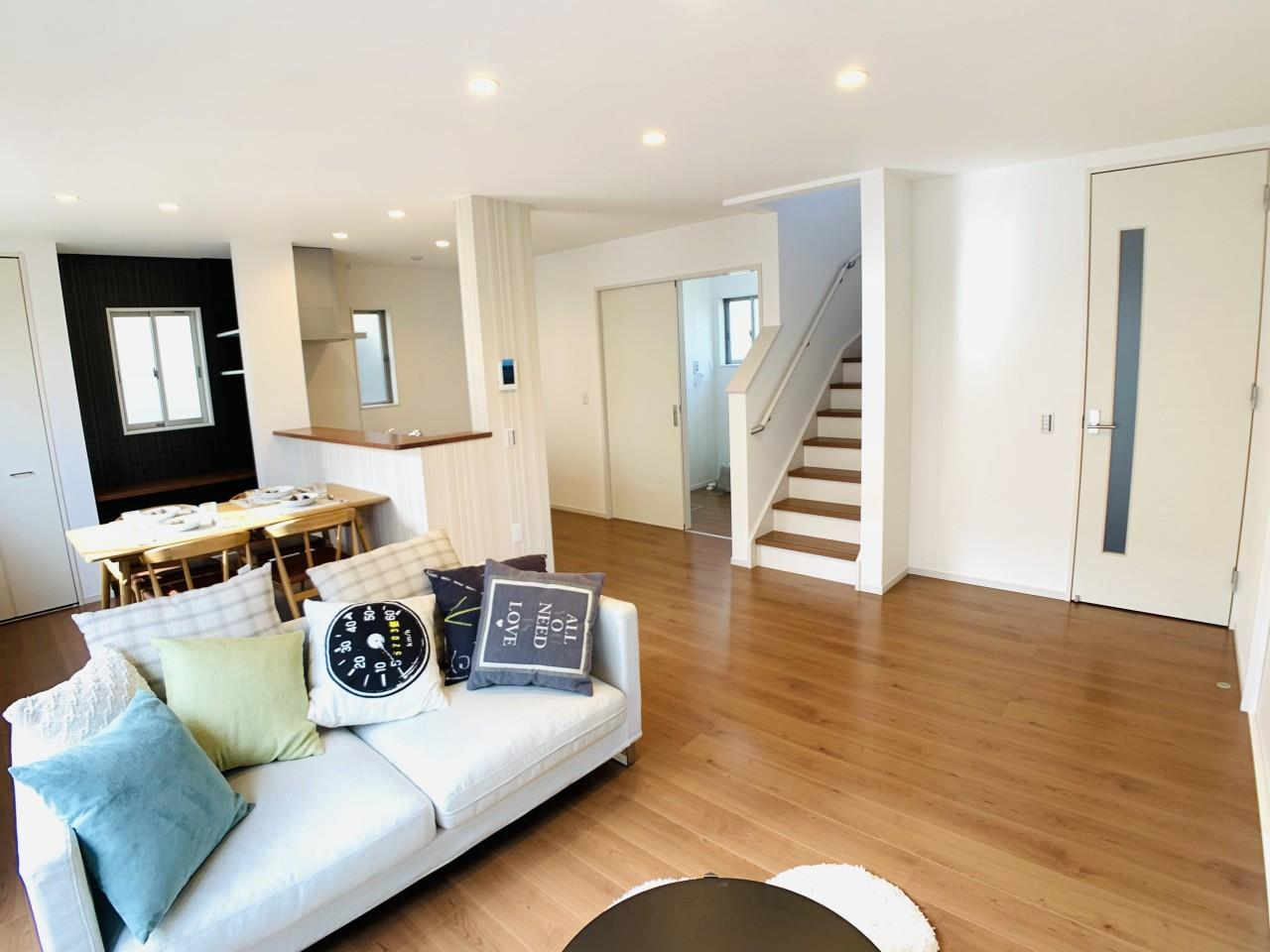 2階に上がる際、家族と顔を合わせる「リビング内階段」。洗面所からバルコニーへの家事導線も短く確保する工夫をしています。