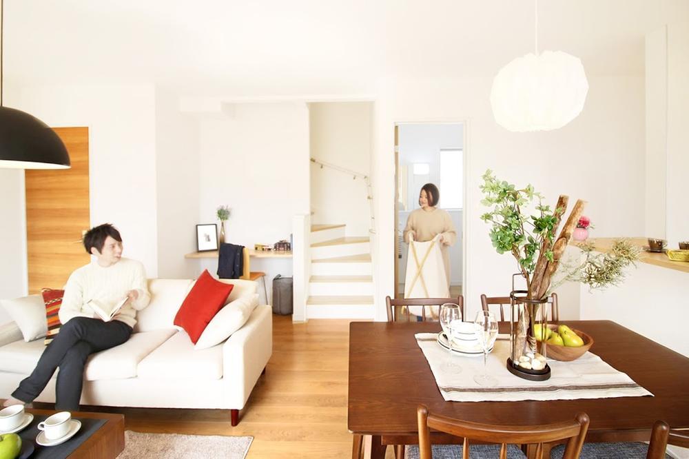 リビング階段(※売主同仕様写真)  2階に上がる際、家族と顔を合わせる「リビング内階段」。洗面所からバルコニーへの家事導線も短く確保する工夫をしています。