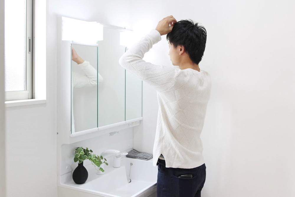 洗面台・洗面所室内(※売主同仕様写真)  3面の鏡が収納スペースとして使えるシャワー付き洗面化粧台。ヘアスプレーやコンタクトの洗浄液など、背の高い物もスッキリ収納できます!