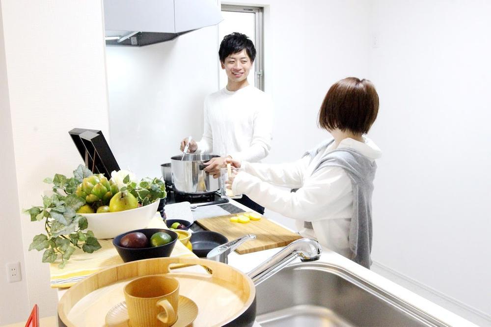 室内(※売主同仕様写真)  家族でお料理を楽しめる広さ♪調理がはかどるワイドカウンタータイブの天板は、傷がつきにくく美しい人造大理石仕上です。