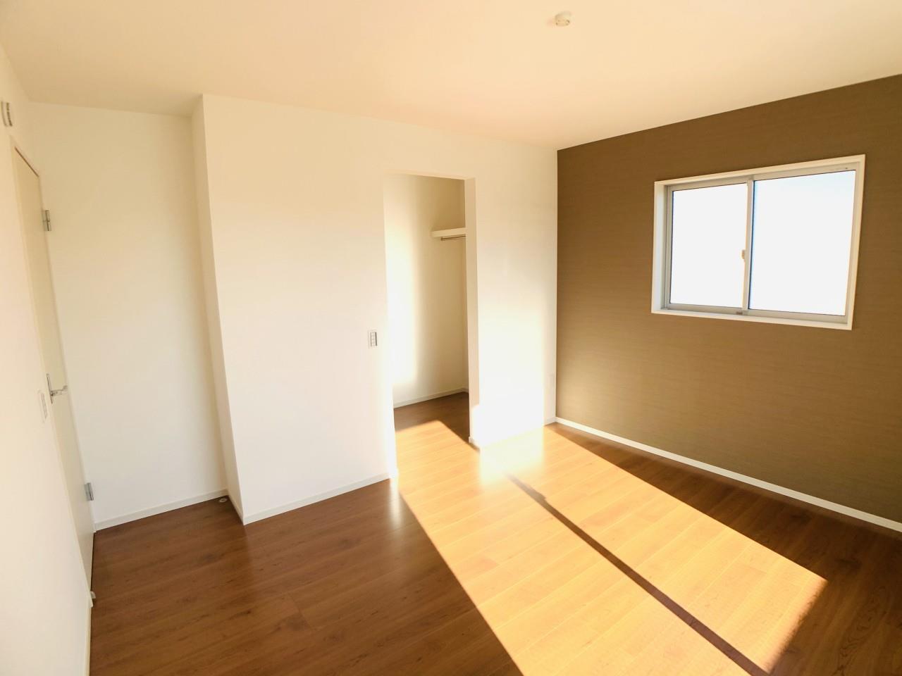 2号棟|シックなアクセントクロスがリラックス空間を彩る主寝室。広々としたバルコニーへアクセス出来ます。
